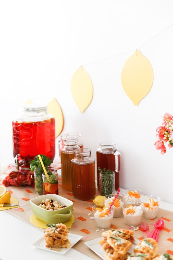 Iced Tea brunch tablescapes for baby showers | Girlfriend is Better